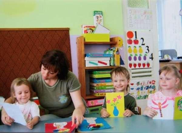 Дети выполняют аппликацию с педагогом