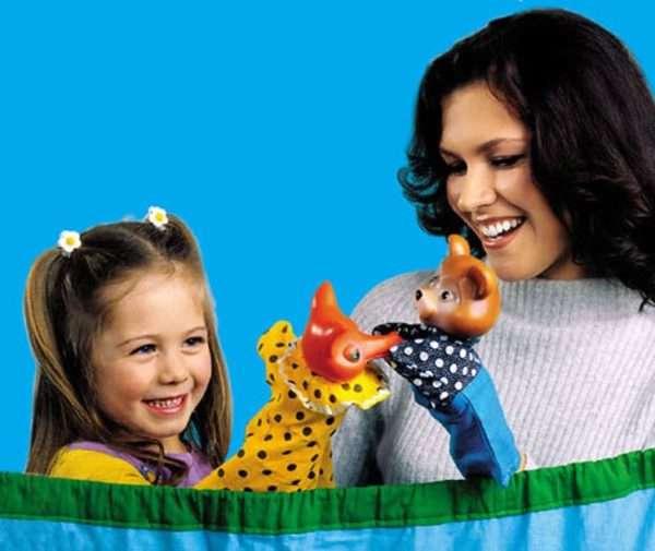 ребенок разыгрывает сценку с куклами