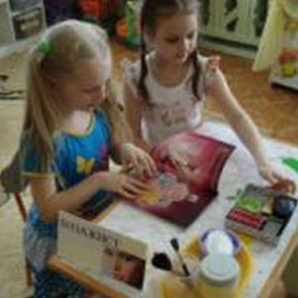 Две девочки играют в «Салон красоты»