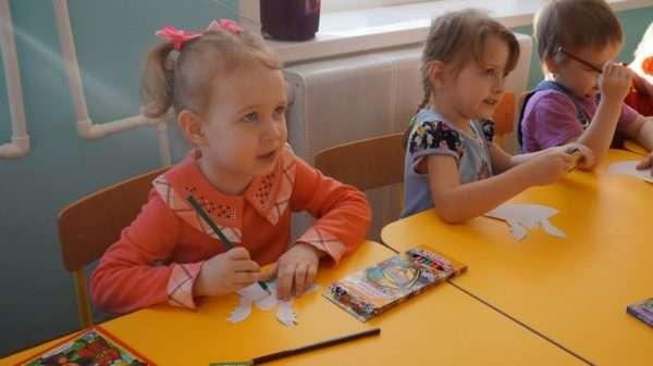 Дети раскрашивают шаблоны ангелочков