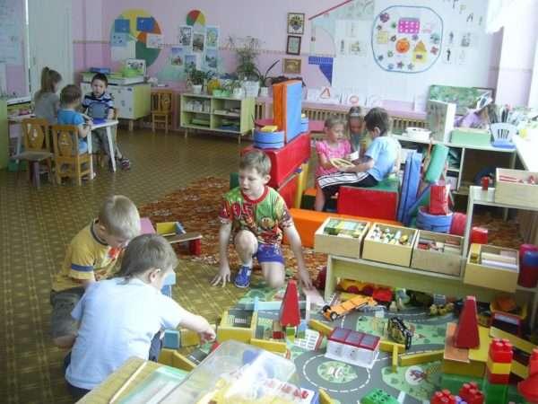 Дошкольники играют в помещении группы