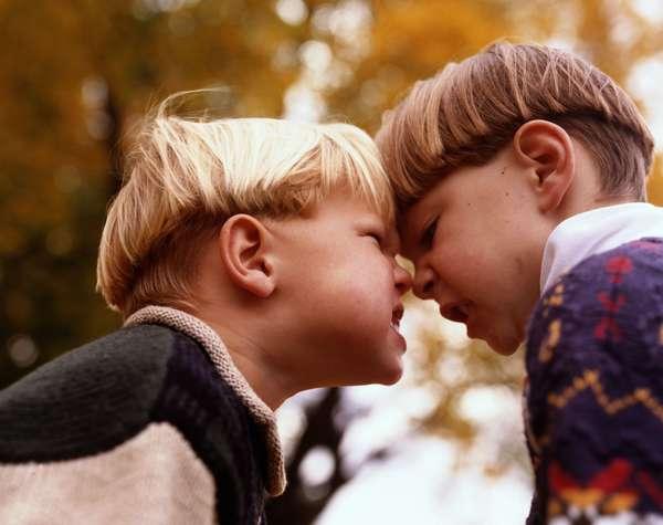 Ребенка обижают сверстники. Как реагировать родителям?