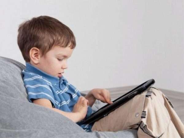 Ребёнок играет на планшете