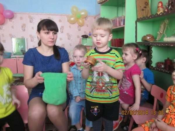 Дети и педагог играют в «Волшебный мешочек»