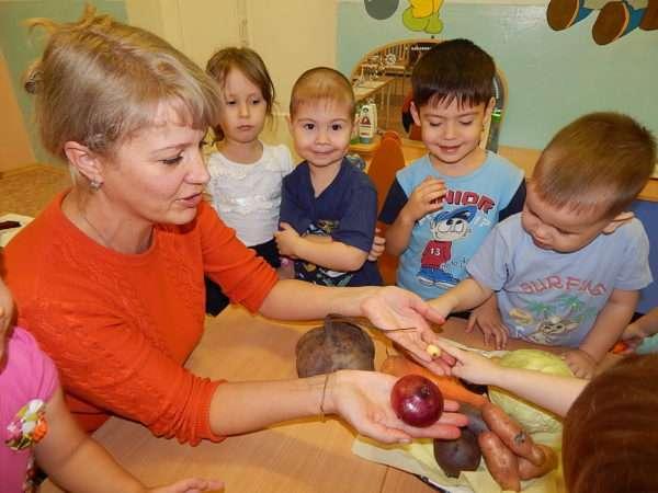 Дошкольники изучают овощи с помощью воспитателя
