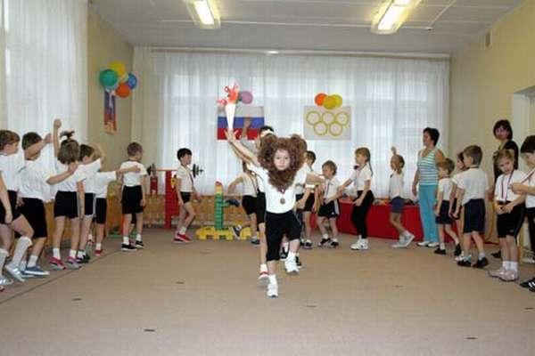 Дети в спортивной форме участвуют в празднике, посвящённом Олимпийским играм