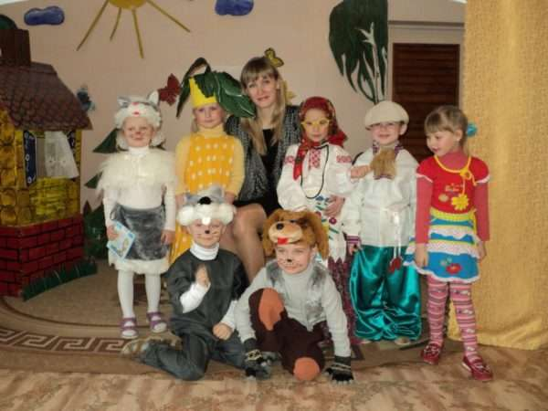 Дети в костюмах персонажей сказки Репка