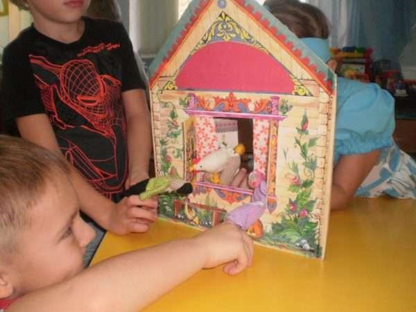 Дети с помощью пальчикового театра разыгрывают сказку «Курочка Ряба»
