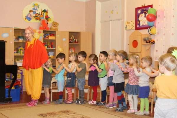 Малыши выстроились в шеренгу, впереди стоит воспитатель в костюме Буратино