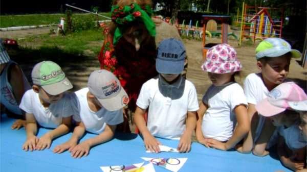 Дети на улице складывают изображение из разрезанных частей