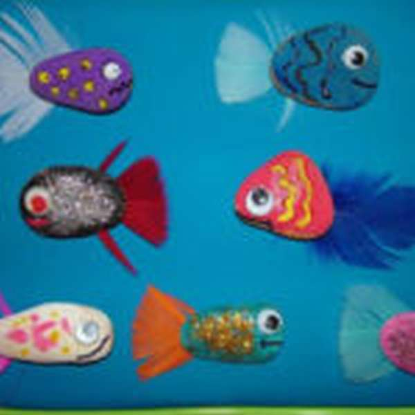 Рыбки из расписанных камушков