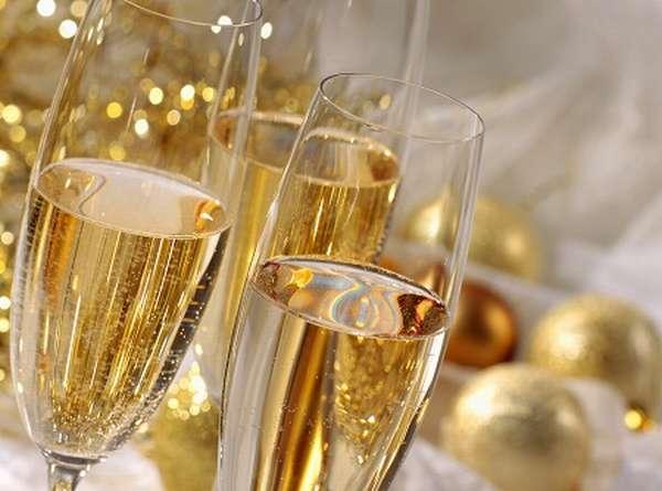 Беременным не рекомендуется употреблять ни шампанское, ни другие спиртные напитки