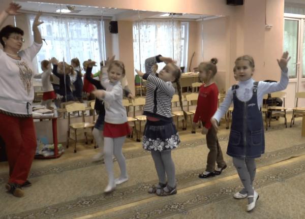 Дети на танцевальной физкультминутке