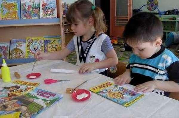 Малыши клеят книги