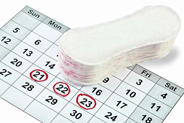 В день овуляции первыми до яйцеклетки «добегают» мужские спермотозоиды, если же половой акт был за 2-7 дней до овуляции, то больше вероятность зачатия выжившими женскими спермотозоидами
