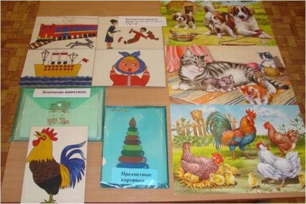 Картинки с транспортом, людьми и животными, разложенные на столе