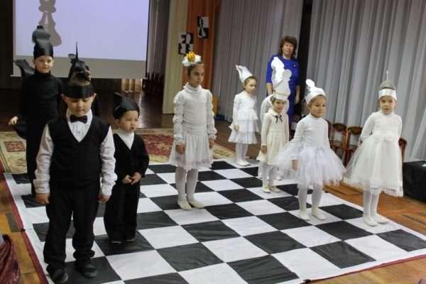 Дети в костюмах шахматных фигур на открытии турнира