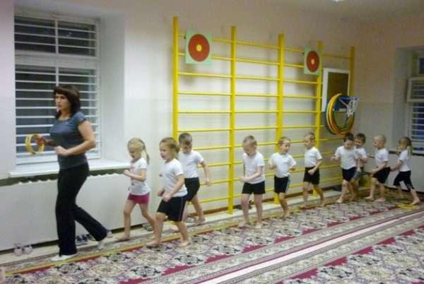 Дети бегут по залу за педагогом