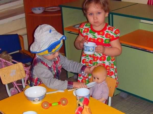 дети кормят куклу