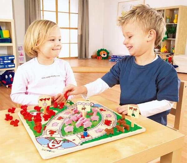 дети самостоятельно играют в настольную игру