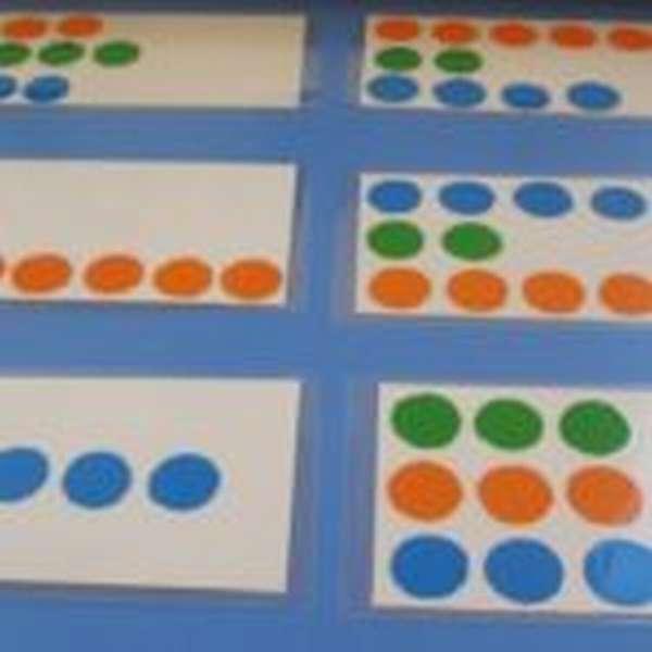 На белых листах разложены разноцветные шарики