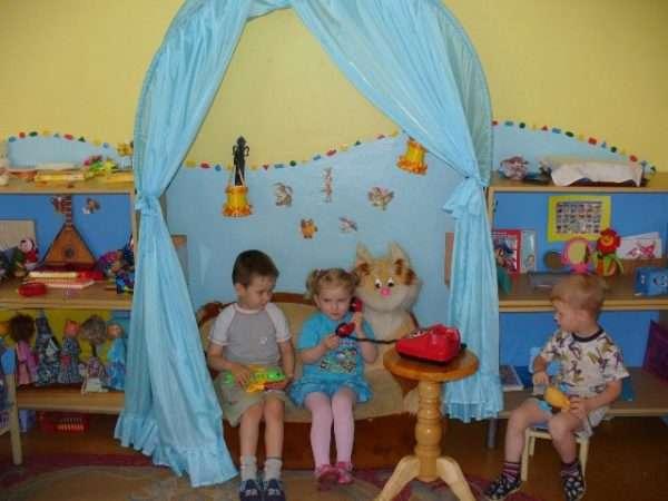 Два мальчика и девочка сидят в уголке уединения