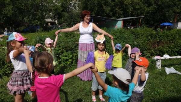 Педагог с детьми на улице в хороводе
