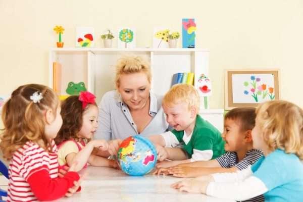 дети рассматривают глобус