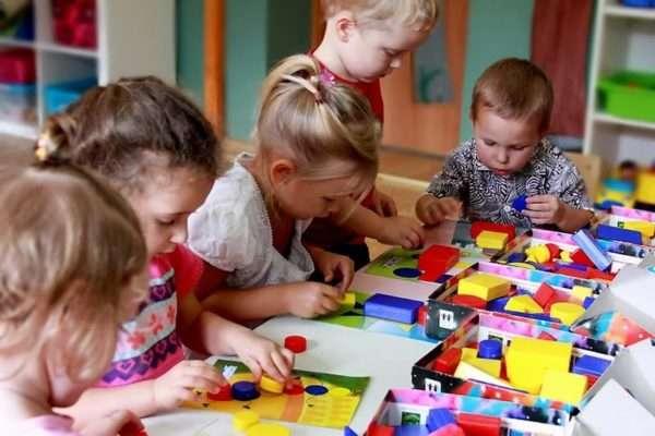 Дети раскладывают геометрические фигуры на шаблоны