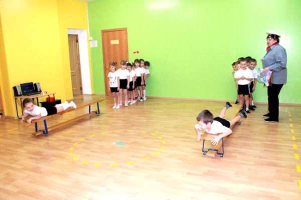 Дети участвуют в эстафете в спортивном зале