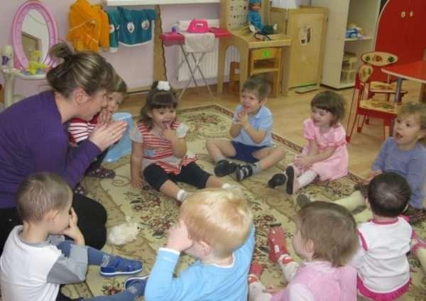 Дети с педагогом выполняют психогимнастику