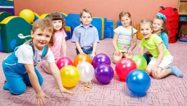 Дети на полу с большими мячами