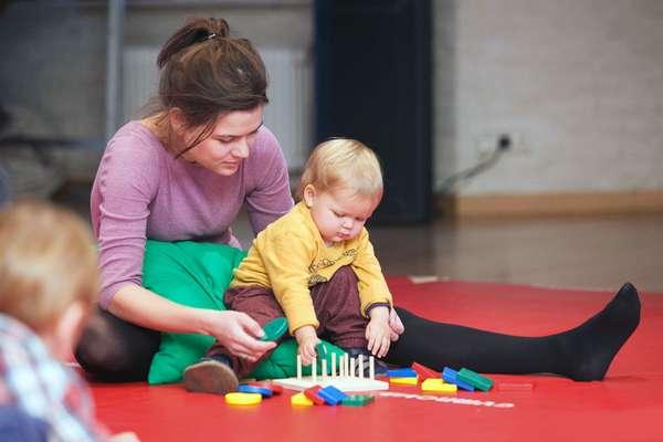 С ребенком следует играть в игры, которые улучшают память