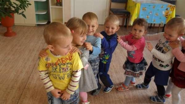 Семеро детей идут паровозиком