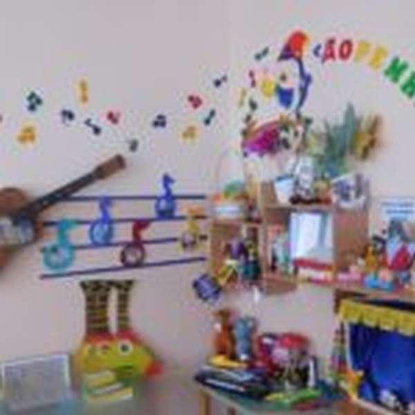 Музыкальный центр Доремишка, картонная гитара висит на стене