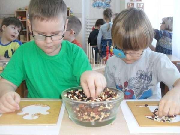 Дети с нарушением зрения выкладывают картинки фасолью