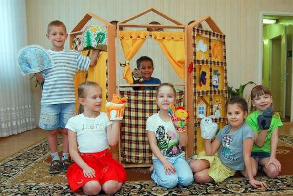 Дети с перчаточными куклами для театра на руках