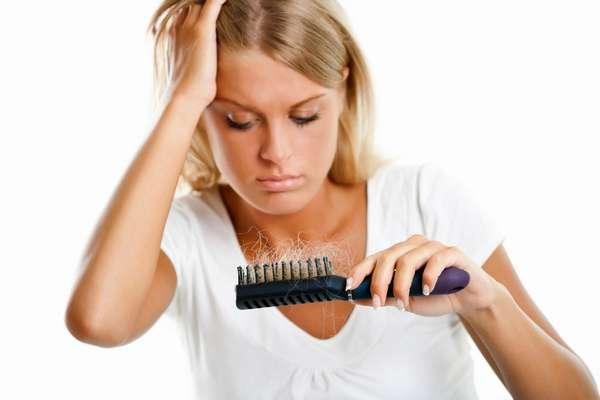 Если сильно выпадают волосы после родов, то стоит немедленно обратиться к специалисту