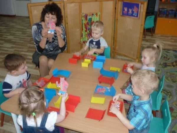Дети конструируют игрушечную мебель из бумаги