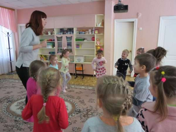 Воспитательница и дети бегают на месте