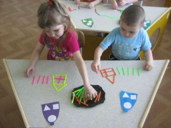 Малыши выполняют индивидуальную работу