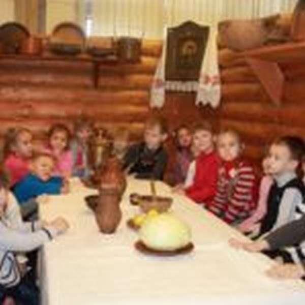 Дети в музее русской старины