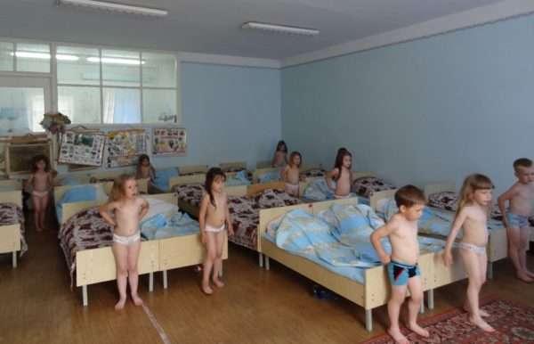 Дети в трусиках стоят рядом с кроватями