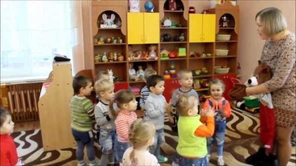 Воспитательница даёт детям инструкции от лица куклы