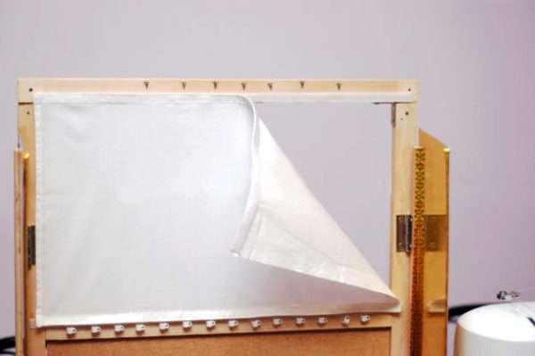 Экран, прикреплённый к ширме