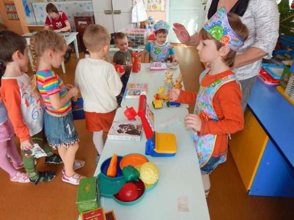 Дети играют в столовую