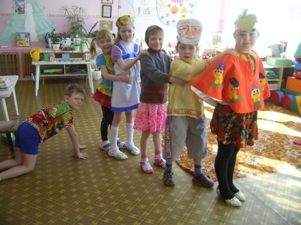 Дети участвуют в инсценировке сказки «Репка»
