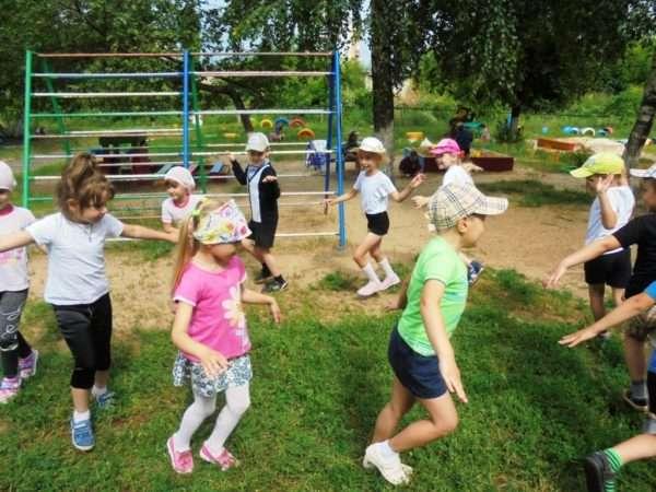 Дети бегают на спортивной площадке