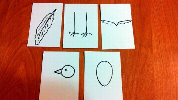 На листах бумаги изображены части тела птицы и яйцо