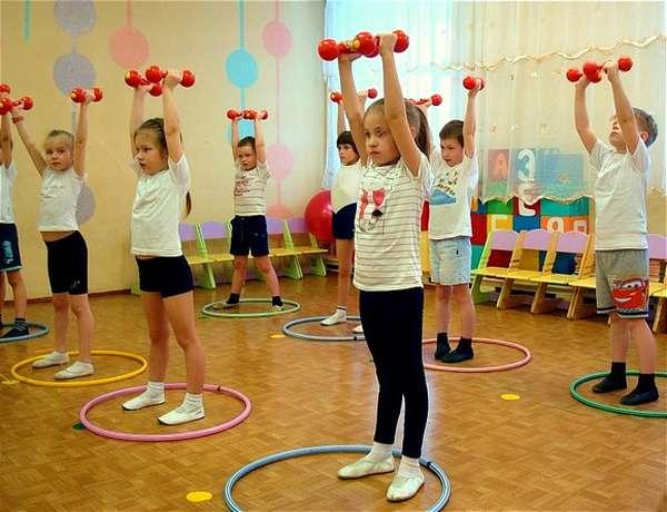Дети выполняют упражнение с гантелями